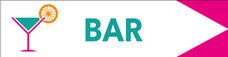 panneau directionnel bar avec texte et pictogramme. panneau blanc, texte turquoise logo rose, turquoise orange, flèche rose
