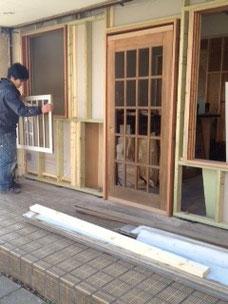古い白い窓は、アメリカから来た大工さんのハンドメイドだそうです。