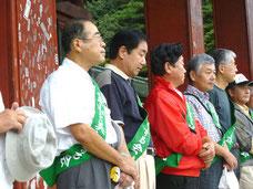 開会式で壇上に並ぶ小川会長