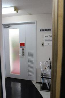 エレベーターが4階に着くと白い扉が目に入ります。こちらの扉を開いてください。