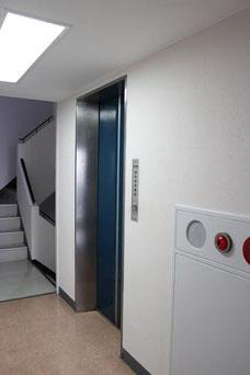 エレベーターで4階まで上がってきてください。