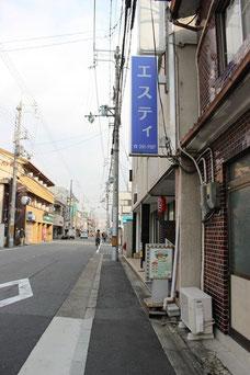 「エスティ」と書かれた青い看板が「Jimdo Cafe京都」が入っているビルです。