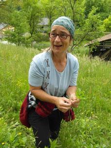 WerkstattMurberg.at Kraeuterkochkurs das Sammeln Bild 6 Marianne ist besonderes eifrig und freut sich wenn sie das passende Kräuterl gefunden hat