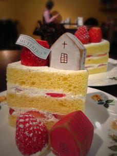 (写真)横浜元町の老舗「霧笛楼」さんの苺ショートケーキの上につみきピッコロ