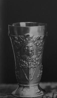 Dieser Pokal war 1927 zu Ehren des Güstrower Musikdirektors Johannes Schondorf von dem Güstrower Juwelier Eichholz gefertigt worden. Er war Bestandteil des seit 1945 verschwundenen Brinckmanschen Silberschatzes der Stadt Güstrow.