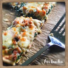 Pizza mit Blattspinat und Räucherlachs