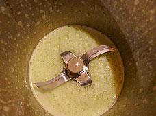 In Mandelmilch pürierte Kräuter