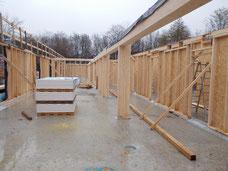 Wände aus Holzständerbau auf einer Baustelle