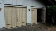 Vier Garagentore aus Holz, seitlich zu öffnen