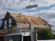 Noch offener Dachstuhl bei einem Neubau mit Balken sichtbar