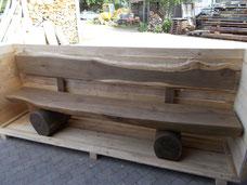Robuste Gartenbank aus Holz mit Lehne