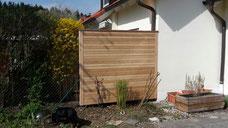 Sichtschutzwand aus Holz an Hauswand