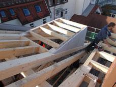 Zimmerer bei der Arbeit auf dem Dach
