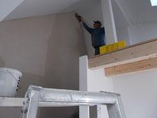 Trockenbauer beim Verputzen der Wände