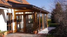 Wintergarten aus Holz mit Glasfronten