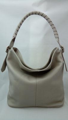 sac seau en cuir avec une bandoulière tressée made in france dans un atelier artisanal français