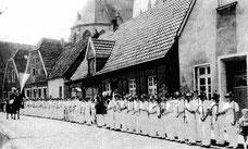 1963, Antreten der Schützen auf der Schmiedestraße