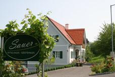 Das Gästehaus liegt inmitten von Weingärten und verfügt über vier große Winzerzimmer mit sehr schöner Aussicht, außerdem ist das Haus mit einer Sauna mit einem sehr großen Ruheraum ausgestattet.