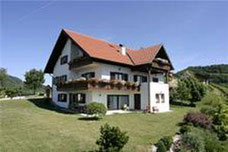 Das Haus ist mit zwei neu eingerichteten Ferienwohnungen ausgestattet.