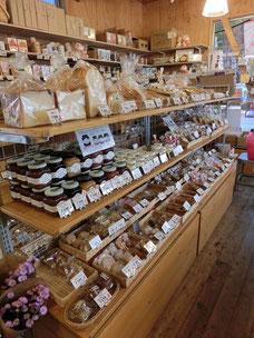●店内には、地元で作られたパンやジャム、お菓子などがぎっしりと並んでいました。宮崎駿さんが制作にたずさわった小金井市のイメージキャラクター「こきんちゃん」も棚の上に!