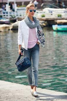 Pour tout les jours, on associe le jean a un top et une veste en jean, mocassin aux pieds, look casual assuré (Betty Barclay)