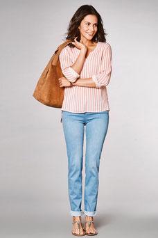 On retrousse le jean pour découvrir la cheville, on l'accompagne d'une blouse et de sandales (Toni)