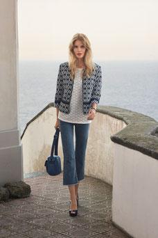 On associe un pantacourt en jean frangé, avec une veste type 'chanel' et un top brodé (Betty Barclay)