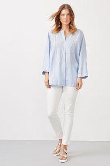 Tout simplement un jean blanc avec une chemise et des sandales  pour un confort absolu (Éléna Miro)