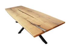 Tischplatte-aus-Eiche-mit-Epoxidharz-im-Wohnzimmer