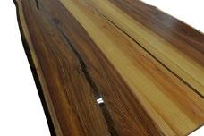 Sehr-schoener-Esstisch-aus-Ulme-mit-Untergestell-aus-Holz