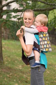 Podaegi Babytrage von Huckepack, gefertigt aus Girasol Tragetuch.