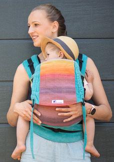 Babytrage mit stufenlos mitwachsendem Steg, anpassbarem Rückenpanel, aus 100% Bio- Baumwolle, Tragetuchstoff.