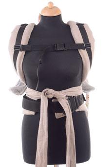 Half Buckle Babytrage mit Brustgurt zum Rückentragen, ergonomisch, schnell und einfach anzulegen.