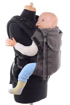 Stufenlos anpassbare Babytrage ab Geburt, gefertigt aus Targetuchstoff.