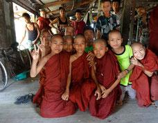 Niños (monjes y laicos) escolarizados en el monasterio.