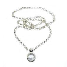 Anhänger Bergkristall Halskette Silber. Silberkette mit kleinem gefassten Bergkristall Anhänger, 925 Silber. Ovaler Bergkristall, natürlicher Edelstein, weiß-transparent mit Facettenschliff.