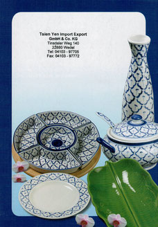 Katalog mit Thai Geschirr in den Mustern blau kariert und Grün.