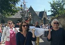 Dans le sillage de la croix processionnelle et des bannières de St Jacques et Ste Marie, suit la statue de la vierge, portée par 4 femmes...