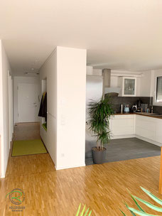 Raumteiler Garderobenschrank, Garderobenschrank in weiß mit offener Garderobennische mit Kleiderstange u. weißer Griffleiste