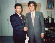 大学卒業後入社した会社社長と握手