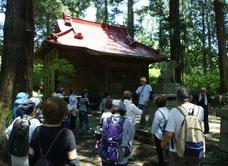 途中の東宮神社で休憩をしながら説明を聞く