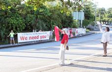 基地反対派と日米友好派が入り乱れて活動=22日午前、普天間基地大山ゲート前道路
