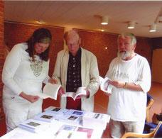 Volker Liebich (rechts) mit Besuchern des 2. Schleswig-Holsteinischen Geschichtstags