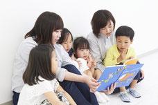児童発達 療育 集団でカリキュラムしている風景 絵本の読み聞かせ