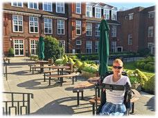 Hier stehe ich mit meinem Rollstuhl im Innenhof der Universität in London. Die Sonne scheint hier sogar mal. :)