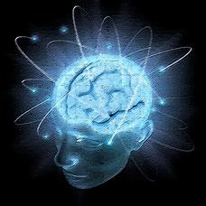Grafik erbeutetes Gehirn im Kopf mit Lichtbahnen