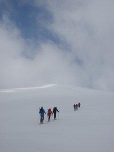広い斜面から、目国内岳山頂を目指す。