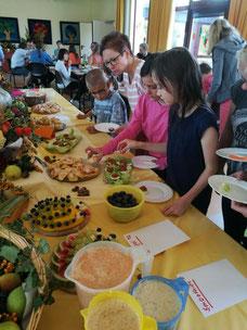 Die reich gedeckte Tafel beim Herbstfest der Albert-Schweitzer-Schule. Zum Vergrößern einfach auf das Bild klicken. Klick!