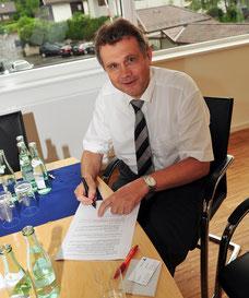 Geschäftsführer Reinhard Kreusel bei der Vertragsunterzeichnung: Langmatz neuer Hauptsponsor des 1.FC