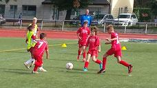 Neuzugang Mick Stoeckl (Mitte) kämpft mit seinen Teamkollegen um den Ball (Foto: Dirk Hantrop)